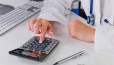 Es klingelt in der Ärztekasse: Der Bewertungsausschuss von Kassen und KBV hat beschlossen, dass die Vertragsärzte im kommenden Jahr knapp 1 Milliarde Euro mehr bekommen sollen. (j/Foto: Imago)