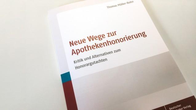 """Mit dem Sammelband """"Neue Wege zur Apothekenhonorierung"""" sollen Apotheker Hilfe dabei bekommen, mit Politikern und Multiplikatoren über das Thema Apothekenhonorar zu sprechen. ( r / Foto: DAZ)"""