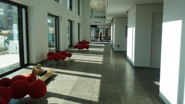 Das Foyer des neuen Apothekerhauses: Rechts liegen mehrere Konferenzräume, im Hintergrund ist der Eingang. Auffällig sind die roten Sitzelemente, die im Foyer verteilt sind. (s / Foto: DAZ.online)