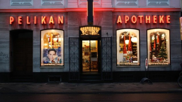 Die traditionsreiche Pelikan-Apotheke in Düsseldorf steht vor dem Aus, weil drei Stufen am Eingang eine Wiedereröffnung verhindern. (r / Foto: Knell)
