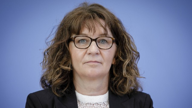 Die stellvertretende Vorsitzende des Petitionsausschusses im Bundestag, Martina Stamm-Fibich (SPD), sieht keinen Grund, weshalb sich der Einsatz der Apothekenmitarbeiter während der Coronakrise auf Bühlers Petition zum RxVV auswirken sollte. (c / Foto: imago images / photothek)