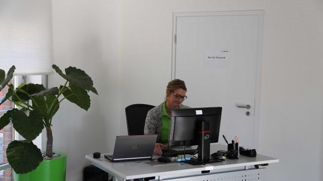 Die Welcome-Managerin soll den kunden bei nicht-pharmazeutischen Fragen helfen.