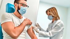 Nicht nur vulnerable Gruppen sollen eine Auffrischimpfung bekommen. Im Sinne gesundheitlicher Vorsorge soll allen bereits vollständig Geimpften, die den ersten Impfschutz mit einem Vektor-Impfstoff erhalten haben, eine weitere Impfung mit einem mRNA-Impfstoff angebotenwerden. (c / Foto: Valerii / AdobeStock)
