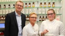 Der SPD-Politiker Oliver Kaczmarek in der Kaiserau-Apotheke in Kamen– mit Inhaberin Margarete Tautges (Mitte) und PTA Jennifer Aus der Wieschen. (Foto: AKWL / Sokolowski)