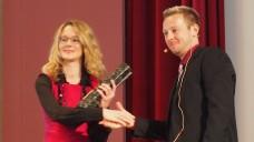Die Auszeichnung für Vedolizumab wurde von Sven Siebenand, stellvertretender Chefredakteur der PZ, an die Vertreterin der Firma Takeda überreicht. (Foto: DAZ/ck)