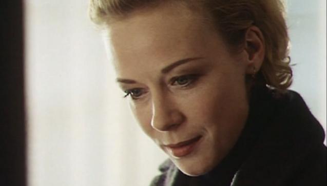 """Natürlich kann derart brisante Prosa nicht unverfilmt bleiben und so folgte wenige Jahre später (1997) Katja Riemann als """"Die Apothekerin"""". Hier wird wenig vergiftet, eher infrage gestellt, ob sie denn nun, oder nicht. Also ja, hat fallen gelassen und ja, hat verbrennen lassen. (Bild: Screenshot """"Die Apothekerin"""")"""