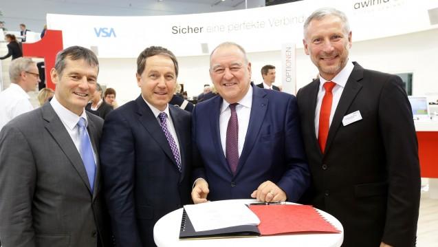 Vertragsunterzeichnung durch die Geschäftsführer (v.l.) Roman Schaal (VSA), Peter Mattis (Noventi), Gordian Schöllhorn (awinta) und den Präsidenten das Landesapothekerverbandes BW Fritz Becker (3.v.l.). (Foto: LAV)
