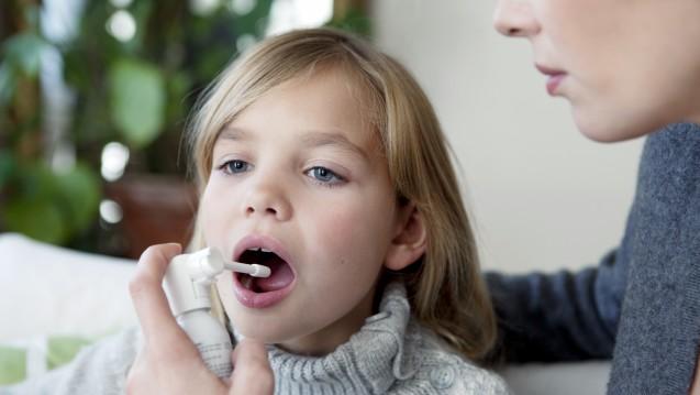 Gurgeln, lutschen, sprühen – wie kann man kleinen Halsschmerzpatienten helfen? (c / Foto:RFBSIP / stock.adobe.com)