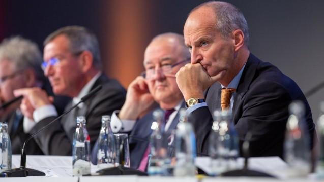 Die ABDA (hier Friedemann Schmidt, Fritz Becker und ABDA-Jurist Lutz Tisch auf dem DAT 2018, v.r.) plant auch für 2020 mit einer moderaten Beitragserhöhung um 1,8 Prozent. (m / Foto: Schelbert)