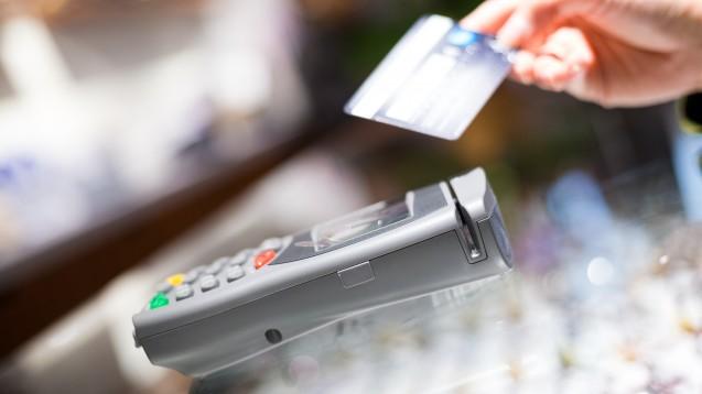 Was beim Bezahlen schon funktioniert, könnte beim Austausch von E-Rezept-Daten noch schwierig werden: Die Krankenkassen sollen daher eine barrierefreie Alternative zur NFC-fähigen Gesundheitskarte zur Verfügung stellen. (Foto: leungchopan / AdobeStock)