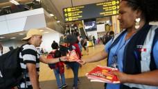 Reisende werden am Flughafen auf die Gefahr durch das Zika-Virus hingewiesen. (Foto: dpa)