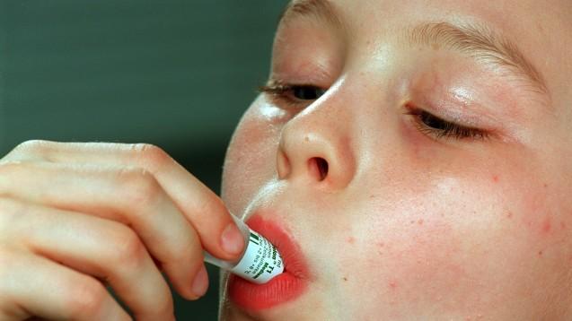Von drei auf zwei: die oralen Polio-Vakzine sollen weltweit umgestelt werden. (Foto: picture-alliance / dpa)