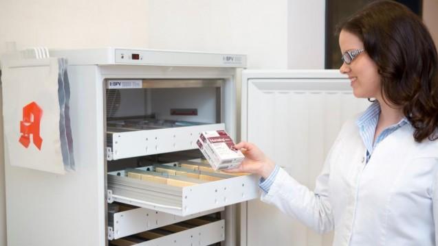Im Apothekenalltag spielt die Unterscheidung der verschiedenen Lagerbedingungen nicht nur bei der Lagerung selbst, sondern auch bei der Abgabe und bei der Beratung des Patienten eine Rolle. ( r / Foto: Schelbert)