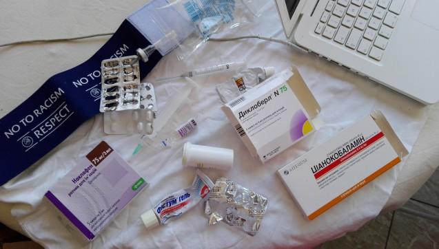 In der Tonne der Ukrainer fanden wir 14 verschiedene Medikamente, Spritzen und Infusionsbesteck.(Foto:Jannik Jürgens / Correctiv.org)