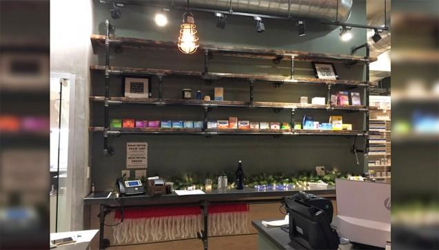 """Typisch amerikanische Apotheken sind für deutsche Pharmazeuten eher abschreckend. Sie erinnern nämlich an eine Mischung aus Drogerie- und Supermarkt, mit einem """"Prescriptions""""-Schalter im hintersten, dunklen Eck. Dass es auch anders geht, zeigt die Equilibria Pharmacy im hippen New Yorker Stadtteil Williamsburg:Helles Holz, Beton, Glas. Das Ganze mutet eher wie ein Design-Geschäft an, ist aber eine Apotheke– und ein Café. Oder wie es sich selbst nennt: Eine """"Modern-Day Apothecary"""" (Foto: swessinger)"""