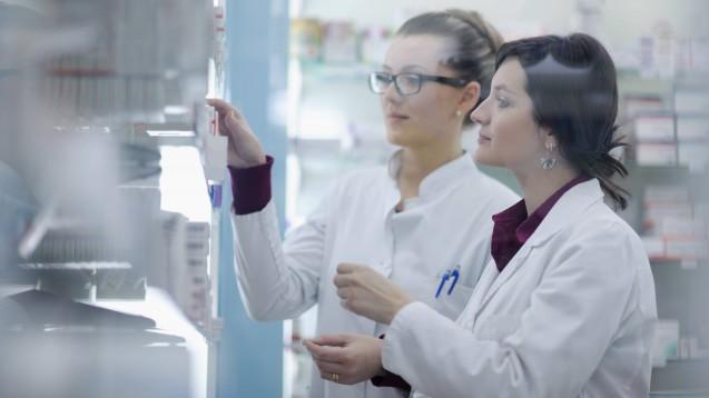 Während der Famulatur sollte sich der Auszubildende unter anderem mit apothekenüblichen Waren vertraut machen, empfehlen LAKT und BPhD. (m / Foto: imago images / ingimage)