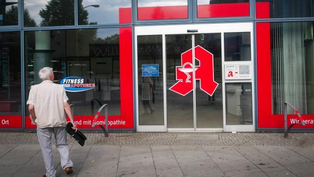 Vor verschlossenen Türen: Immer häufiger schließen in Deutschland Apotheken, im ersten Halbjahr 2018 gab es 157 weniger, somit sinkt die Apothekenzahl immer schneller. ( r / Foto: Imago)