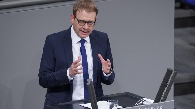 """Thomas Gebhart (CDU), Parlamentarischer Staatssekretär im BMG, zeigte sich im Bundestag überzeugt: """"Wir haben es geschafft, dass wir den dynamischen Entwicklungen auch dynamische Anpassungen entgegensetzen und dass wir nicht nur schnell, sondern auch sehr sorgfältig gearbeitet haben."""" (Foto: IMAGO / Political-Moments)"""