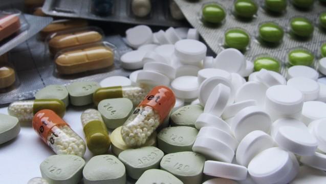 Ein Fall für den Apotheker: Menschen, viele Arzneimittel einnehmen profitieren besonders von der Betreuung durch die Apotheke. (Foto: chromorange / picture-alliance)
