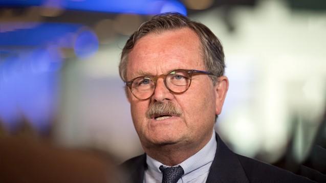 Ärztepräsident Frank Ulrich Montgomery hält impfende Apotheker im Rahmen von AMTS nicht für klug (b / Foto: Monika Skolimowska/dpa)