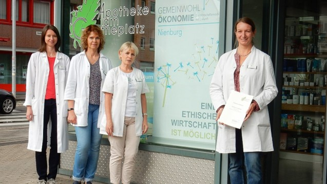 Apothekerin Dr. Anja Thijsen (rechts i.B.) freut sich mit ihren Mitarbeiterinnen Apothekerin Antje Herbst und den PTAs Ulrike Michau und Polina Kazuba (v.li.) über das Gemeinwohl-Ökonomie-Zertifikat. (Foto: Apotheke am Goetheplatz)