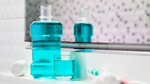 Hintergrundwissen zu Mundspülungen und COVID-19 finden Sie in der aktuellen Ausgabe der DAZ. (Foto: ewapee / stock.adobe.com)