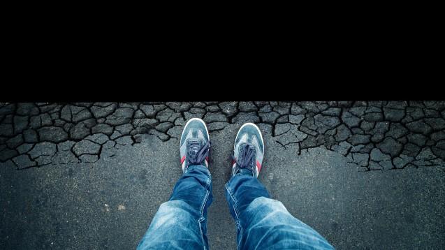 """""""Und wenn du lange in den Abgrund blickst, blickt der Abgrund auch in dich hinein."""" Friedrich Nietzsche bringt sein eigenes Schicksal auf den Punkt. (Foto: robsonphoto / stock.adobe.com)"""