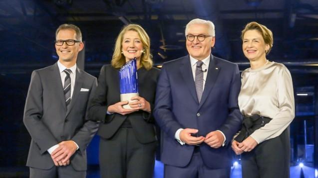 Verleihung des Deutschen Zukunftspreises 2018: Dr. rer. nat. Holger Zimmermann, Prof. Dr. rer. nat. Helga Rübsamen-Schaeff, Bundespräsident Frank-Walter Steinmeier und Elke Büdenbender.(Foto:Deutscher Zukunftspreis/ bildschön )