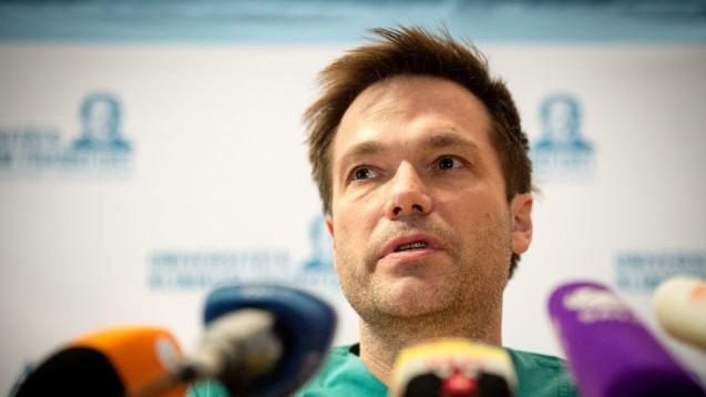 Der behandelnde Oberarzt der Infektiologie, Dr. Timo Wolf, äußert sich am 17.März 2016 im Universitätsklinikum in Frankfurt am Main (Hessen) zu einem Lassa-Fall.  (Foto: Alexander Heinl/dpa)
