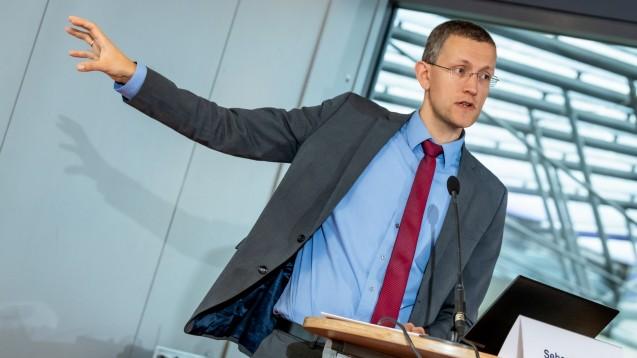KBV-Experte Sebastian John wies auf einer E-Rezept-Fachkonferenz darauf hin, dass die elektronische Signatur des E-Rezeptes aus Ärztesicht noch verbessert werden müsse. (c / Foto: Pietschmann/BAH)