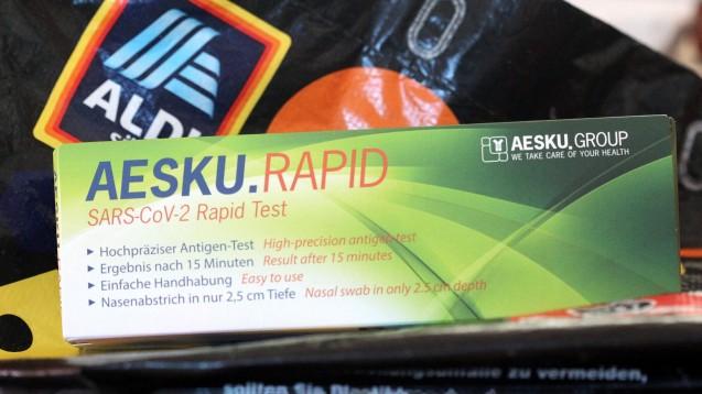 """Über den QR-Code auf der Verpackung des Aesku Antigen-Selbsttests gelangt man auf """"ichtestemichselbst.de"""" und kann sich dort selbst ein Zertifikat ausstellen – allerdings auch ohne je im Besitz einer Packung gewesen zu sein oder einen Test durchgeführt zu haben. (Foto: IMAGO / Eibner)"""