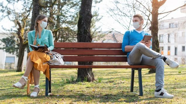 Mit Maske, an der frischen Luft und mit Abstand: Kombinierte Maßnahmen können am besten vor SARS-CoV-2-Infektionen schützen. (Kzenon / stock.adobe.com)