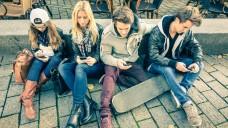 Zwischen Nerv und Sucht: Jugendliche im Griff ihres Smartphones. (Foto: ViewApart/Fotolia)