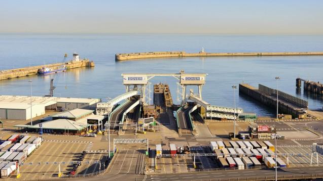Der Industriehafen in Dover: Hier könnten laut Papieren der britischen Regierung ab Tag eins nach dem EU-Austritt chaotische Zustände drohen. (m / Foto: imago images / imagebroker)
