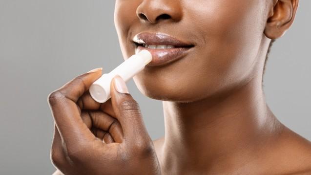 Ökotest checkt Lippenpflegestifte: Vor allem Naturkosmetik konnte punkten. (Foto:Prostock-studio / stock.adobe.com)