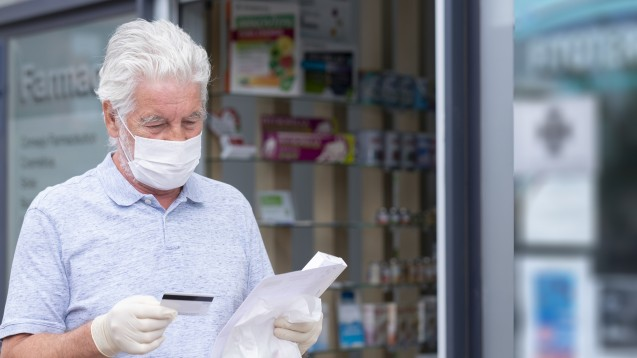 Patient:innen, die mindestens 60 Jahre alt sind, erhalten ab heute in ihren Apotheken vor Ort FFP2-Masken gegen Vorlage des Personalausweises. Wer unter sechzig ist, hat auch Anspruch auf die Masken, wenn bestimmte Risikofaktoren vorliegen. (Foto: luciano / stock.adobe.com)