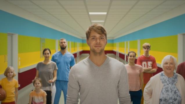 In einem PR-Video der Bundesregierung spielt ein als Pfleger dargestellter junger Mann Apotheker. Das Bundespresseamt meint: Alles halb so wild. (b/Foto/Screenshot: DAZ.online/BPA)