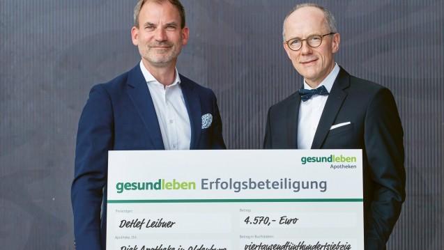 Der Inhaber der Diek Apotheke in Oldenburg Detlef Leibner (rechts im Bild, hier mit Andreas Thiede, Gehe-Geschäftsführer Marketing und Vertrieb) freut sich über die Auszahlung über 4570 Euro. (s / Foto: www.nielinger.de)