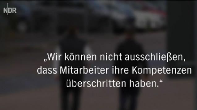 Eigentlich nicht dafür zuständig – und doch sollen Sicherheitsleute Arzneimittel abgeben. (Screen: NDR/Panorama3)