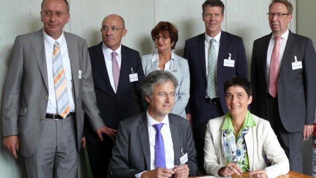 Ministerin Steffens und Kassenvertreter unterzeichnen die Vereinbarung zur Gesundheitskarte für Flüchtlinge. (Foto: MGEPA NRW)