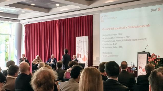 Bei der gesundheitspolitischen Diskussionsrunde des DAV-Wirtschaftsforums attackierten die Apotheker den CDU-Experten Michael Hennrich für seine Abkehr vom Rx-Versandverbot. (Foto: DAZ.online)