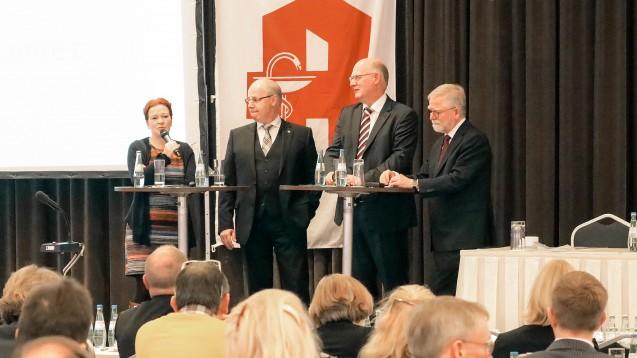 Katja Dörner (Grüne), Georg Kippels (CDU), Moderator Thomas Grünert und Kammerpräsident Lutz Engelen (v.li.n.re.) diskutierten am gestrigen Mittwoch in Neuss über die Zukunft des Apothekenmarktes. (c / Foto: Alois Müller)