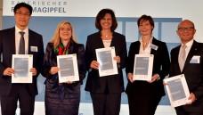 """Die Ministerinnen Melanie Huml und Ilse Aigner und die Vertreter der Pharmaverbände vfa, Pro Generika und BPI erwarten nun """"wesentliche Schritte"""". (Foto: StMGP bzw. empic/Fotolia)"""