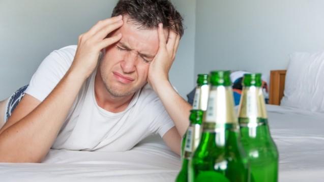 Ein Kater nach zu viel Alkoholkonsum ist eine Krankheit. So sieht es das Oberlandesgericht Frankfurt am Main und hatdeshalb die Werbung für Nahrungsergänzungsmittel, die gegen einen solchen Kater wirken sollen, für unzulässig befunden. (m / Foto: Michael Traitov / stock.adobe.com)