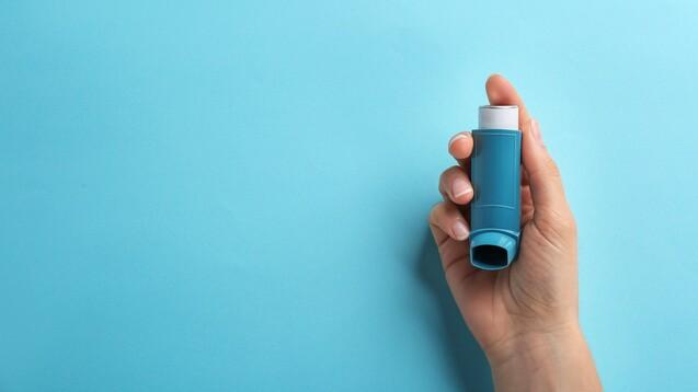 Reichen inhalative Glucocorticoide und langwirksame β2-Agonisten nicht aus, um das Asthma ausreichend zu kontrollieren, sieht die nationale Leitlinie ab Stufe IV die zusätzliche Inhalation eines langwirksamen Muskarin-Antagonisten vor. Istdas hilfreich? (c / Foto: New Africa / AdobeStock)