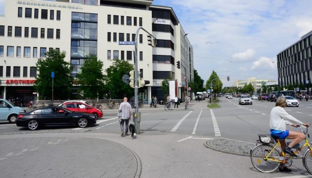 Die MediPlus-Apotheke am OEZ liegt in direkter Nachbarschaft. Die McDonald's-Filiale, wo der Amoklauf seinen Ausgang nahm, liegt gut 200 Meter hinter der Apotheke.