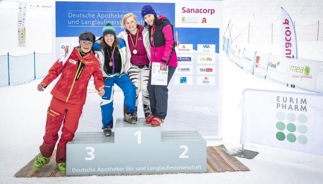 Siegerinnen in der Klasse Apothekerinnen (Jahrgang: 1969-1978) Platz 1: Martina Jutz (Mitte), Platz 2: Beate Prüfert (rechts) Platz 3: Monika Häfner-Schermann (Zweite von links), Fanny Chmelar (links, ehemalige deutsche Skirennläuferin). (Foto: Sanacorp)
