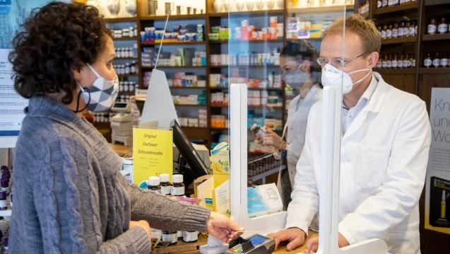 Um unnötige Kontakte zu vermeiden, gelten für Apotheken auch weiterhin die erleichterten Abgaberegeln bei der Belieferung von Rezepten. (Foto: Schelbert)
