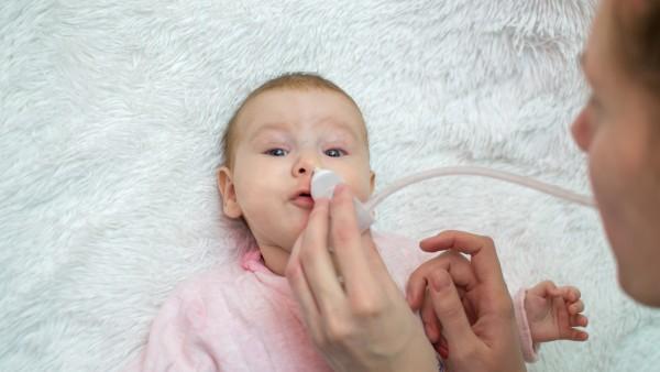 Kinderschnupfen: Sekret richtig absaugen