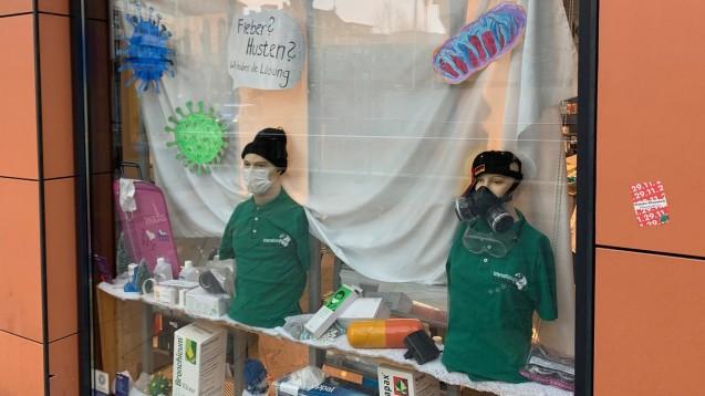 Das Schaufenster der Internationalen Apotheke in Stuttgart ist zum gefragten Fotoobjekt geworden: Die Apotheke bietet ihren Kunden zum Schutz vor dem Corona-Virus auch Profi-Atemschutzmasken an. ( r / Foto: DAZ.online)